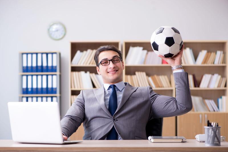 オフィスでサッカーボール